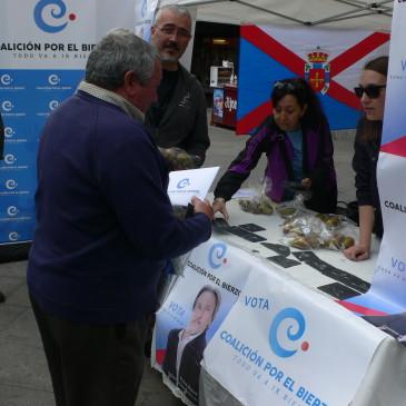 """Coalición por El Bierzo agota las existencias de papeletas electorales y de regalos de """"un trozo de tu tierra"""""""